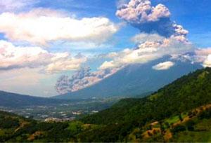 En Guatemala evacúan comunidades por erupción del Volcán de Fuego