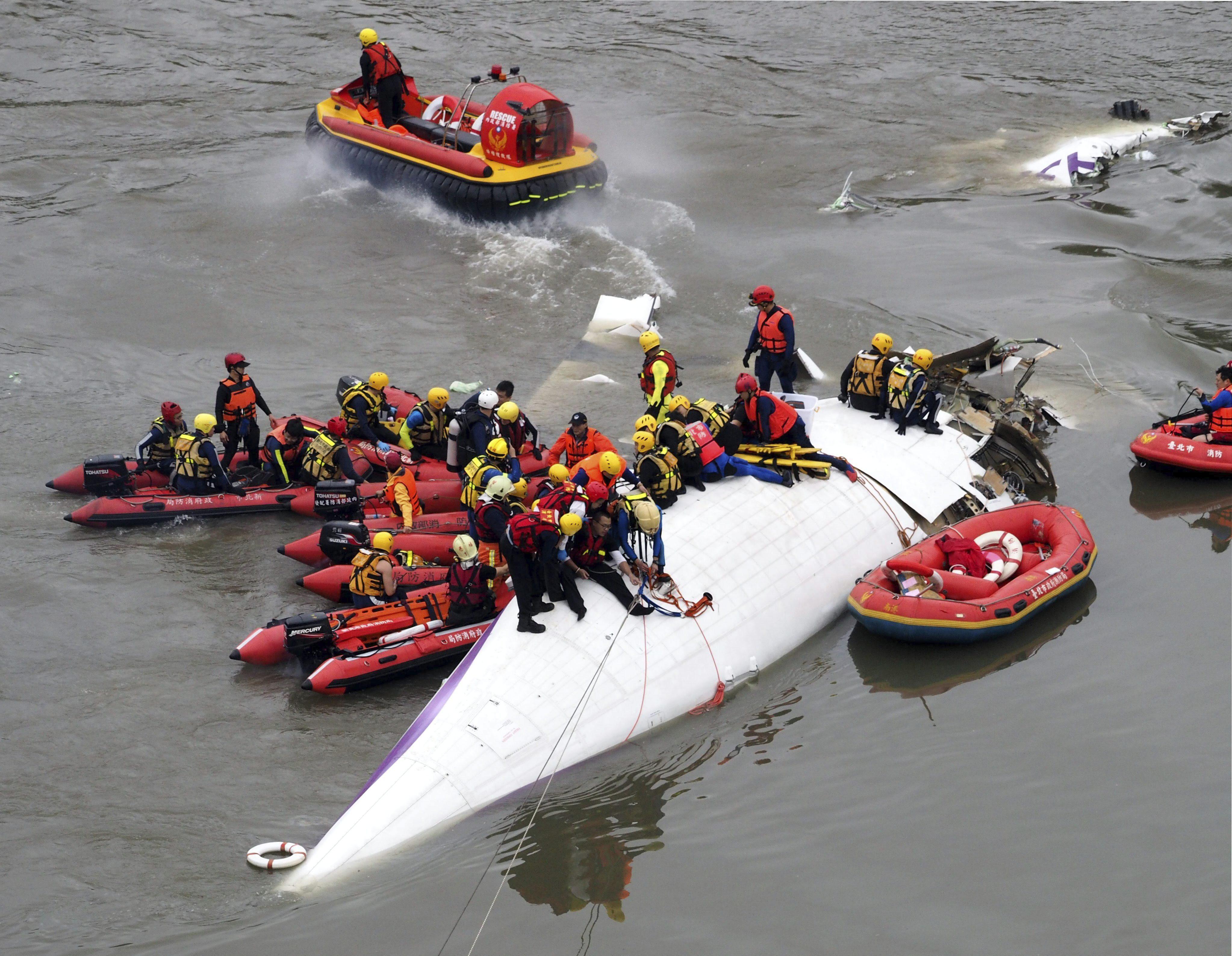 Rescate de los 15 sobrevivientes del accidente de avión en Taiwán