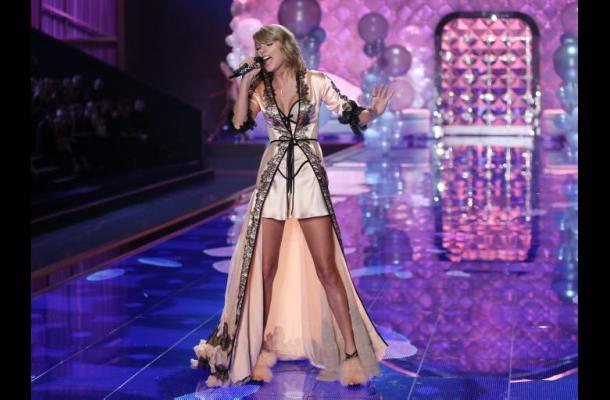 Taylor Swift habría asegurado sus piernas por 40 millones de dolares.