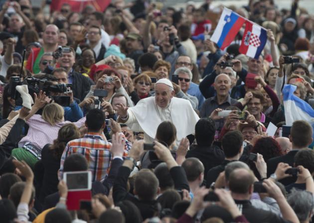 Papa reclama pago equitativo para la mujer