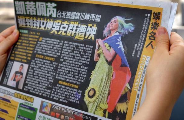 Katy Perry se envuelve en bandera de Taiwán y podría irritar a China