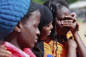 supervivientes-del-ataque-contra-la-universidad-de-garissa-se-consuelan-mutuamente-en-el-campamento-militar-de-garissa-kenia-_860_573_1215342