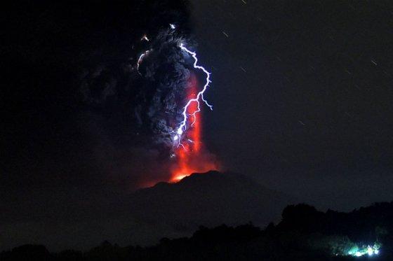 Más de 4.000 evacuados por erupción de volcán Calbuco en Chile