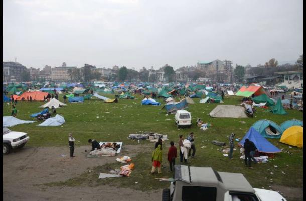 Socorristas intensifican esfuerzos en Nepal cuando muertos superan los 3.200