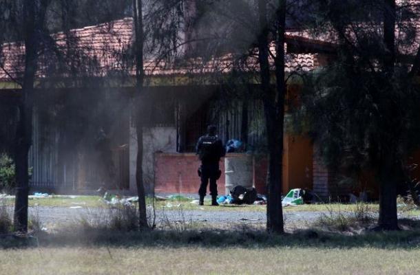 Dudas por muerte de 42 delincuentes y sólo un policía en brutal choque en México