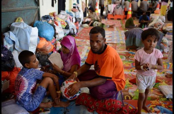 Varios muertos en sangrientos choques en barco de migrantes frente a Indonesia