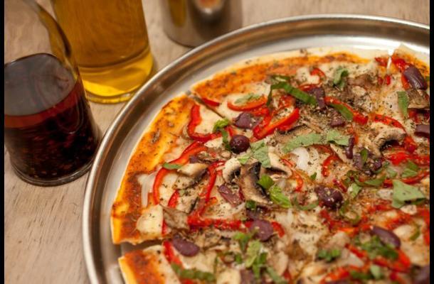 Repartidor de pizza entregó un pedido a pesar de haber sido apuñalado