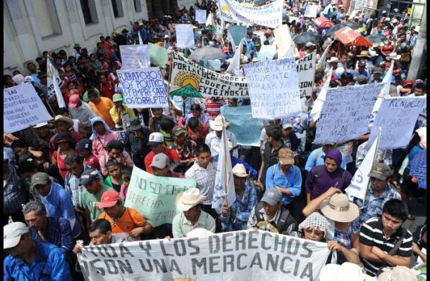 Indígenas y campesinos marchan en Guatemala para exigir renuncia del presidente