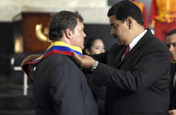 Maduro condecora a los cinco agentes cubanos liberados por Estados Unidos