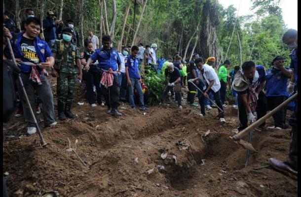 Hallan nuevas fosas en campo de inmigrantes en Tailandia