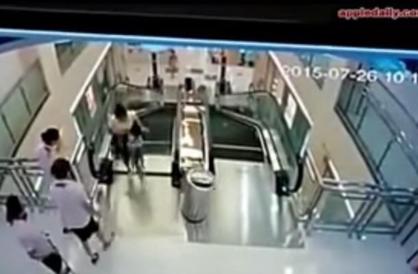 Mujer muere atrapada en escalera eléctrica; salva a su hijo