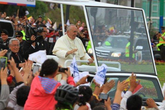 «Les doy mi bendición y no voy a cobrar nada», bromea el papa en Guayaquil