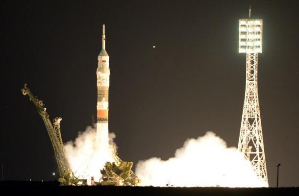 Nave espacial Soyuz llega a la ISS con tres astronautas, a pesar de fallo técnic