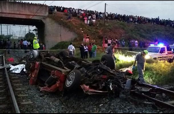 Quince muertos en Sudáfrica al colisionar un minibús con un tren
