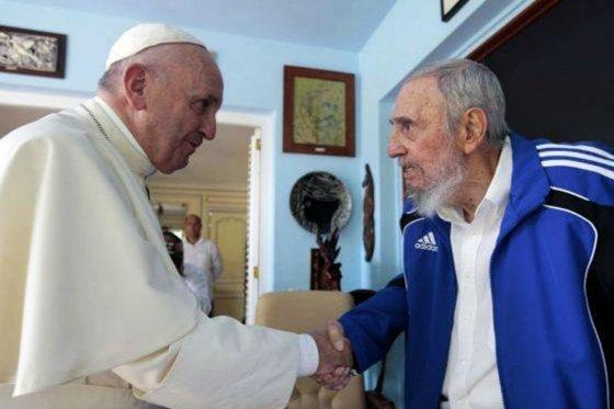 Francisco comulga con los cubanos y visita a Fidel Castro en La Habana