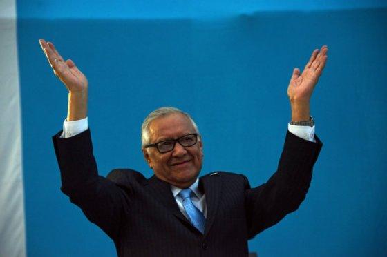Operan a presidente de Guatemala por lesión de rodilla