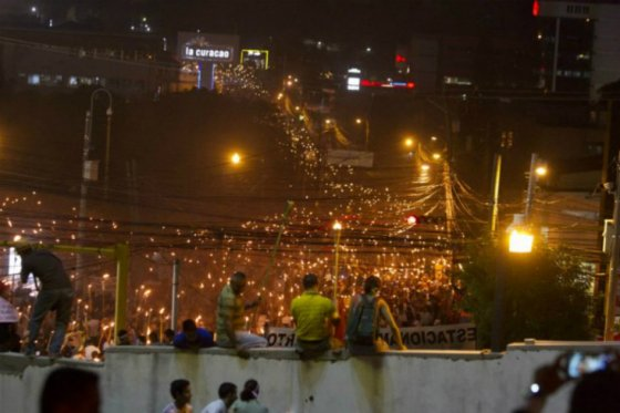 Hondureños marchan nuevamente con antorchas exigiendo renuncia del presidente