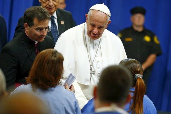 """«Dios llora"""", dice papa tras reunirse con víctimas de pedofilia"""