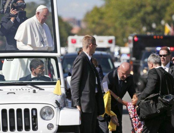 Niña hispana logra entregar al papa carta en defensa de inmigrantes