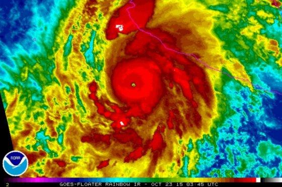 Temor a catástrofe en el Pacífico mexicano por llegada del poderoso huracán Patricia
