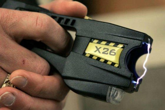 Denuncian uso excesivo de armas taser por parte de agentes fronterizos en EE.UU.
