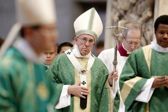 El papa Francisco defiende a la familia tradicional al abrir el sínodo