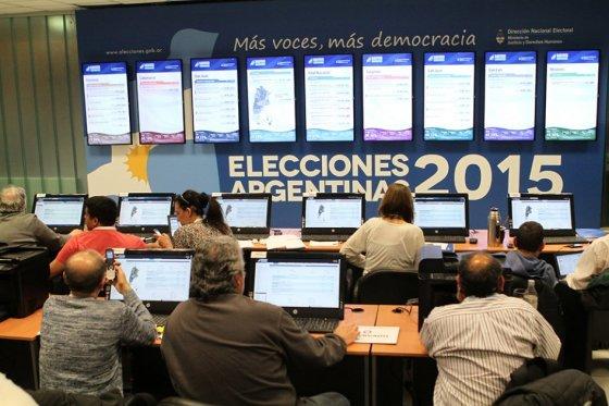 Argentina definirá en histórica segunda vuelta si elige a Scioli o Macri como presidente