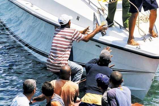 Rescatan 15 balseros cubanos en el Pacífico