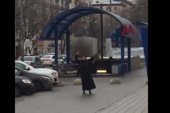 Mujer exhibe cabeza de menor decapitada en el metro de Moscú