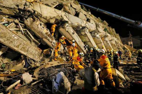 Rescatan con vida a cinco personas casi tres días después de terremoto en Taiwán
