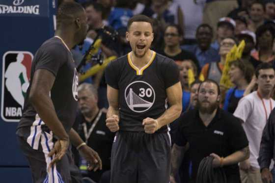 Los Warriors ganan y clasifican a los playoffs de la NBA