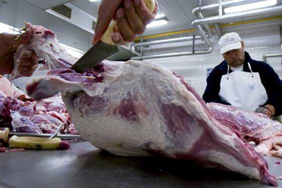 Argentinos penan por el precio de la carne y cambian asado por vegetales