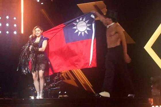 Polémica por imágenes de Madonna envuelta en la bandera taiwanesa