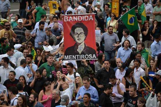 Manifestantes contra Rousseff y Lula acampan en la calle esperando verlos caer