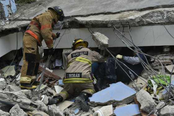 Rescatan con vida a niño colombiano en ciudad más afectada por terremoto en Ecuador