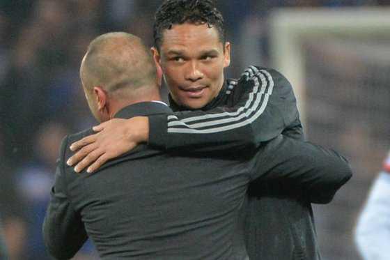 Carlos Bacca se disculpa con su técnico tras enfado en partido del Milán