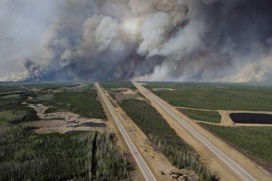 Incendio que comenzó el domingo en Fort McMurray, Canadá, sigue fuera de control