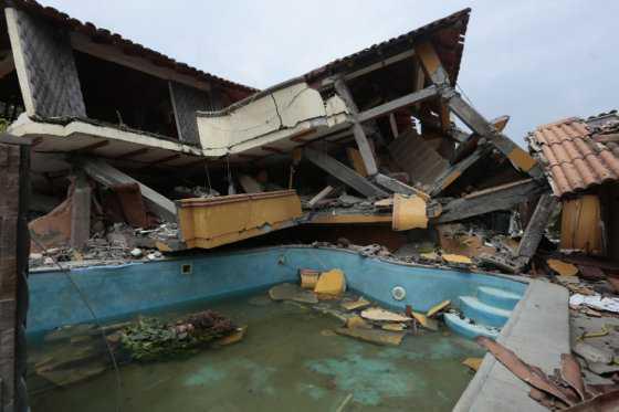 Después de 13 días, rescatan a sobreviviente de terremoto de Ecuador