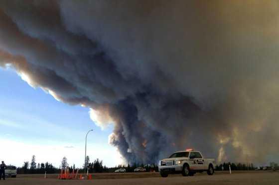 Avanzan inconteniblemente incendios en Canadá