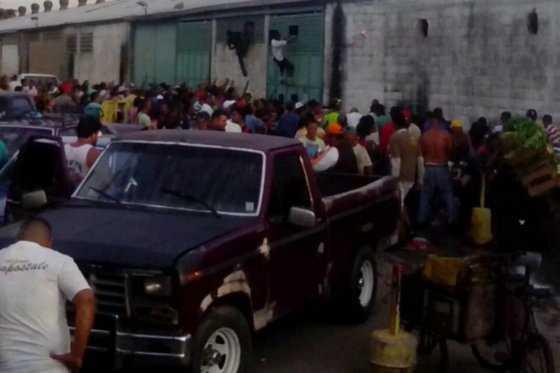 Multitud saquea mercado mayorista en ciudad venezolana de Maracay