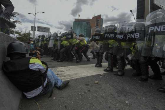 Policía dispersa con gases marcha opositora para exigir referendo contra Maduro