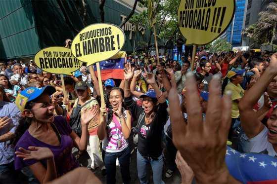 Bolsas de comida cada 21 días, antídoto de Maduro para la escasez