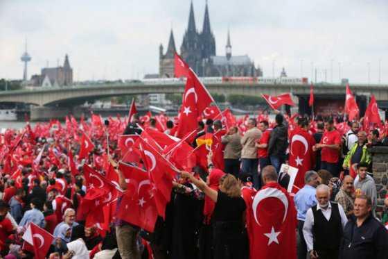Manifestación masiva a favor del presidente turco, Recep Tayyip Erdogan, en Alemania