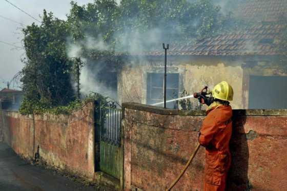 Evacúan hospital y a centenares de vecinos por grave incendio en Portugal