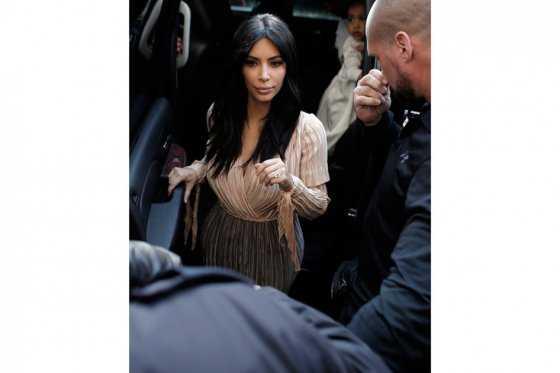 Hombre ataca a Kim Kardashian en París