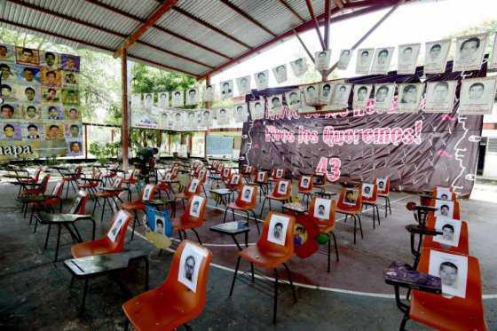 Padres de alumnos de Ayotzinapa viven en aulas de sus hijos a dos años de su desaparición