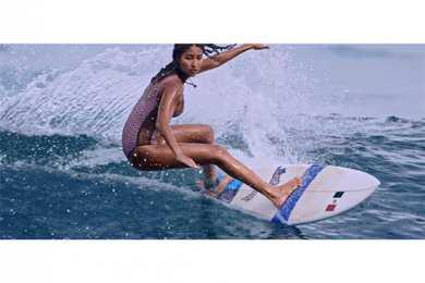 Café Tacvba recluta a campeona mexicana de surf para video «Un par de lugares»