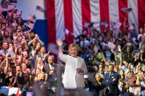 Escándalos sexuales de Trump lo alejan cada vez más de Clinton en las encuestas