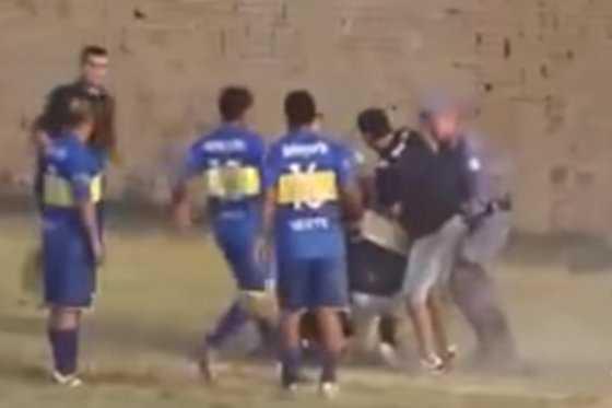 Salvaje agresión a un árbitro y a un policía en el fútbol de Argentina
