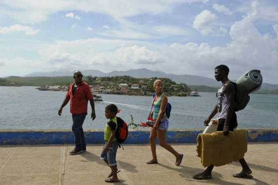 Miles de cubanos forzados a salir de sus hogares por huracán Matthew